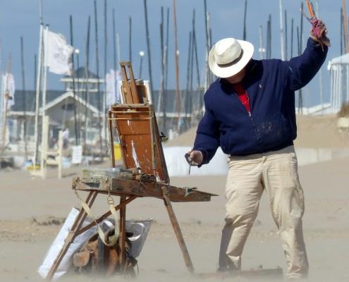 NOORDWIJK - Schilderfestival 15 juni 2015 - Schilder Peter Altena probeert zijn kwasten zandvrij te houden in de zandstorm langs het strand. Volgens mij een vermoeiende aangelegenheid ;) Foto rond 17 uur genomen op strand Katwijk
